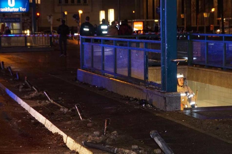 Der Mazda fuhr mehrere Poller um und knallte dann gegen den U-Bahn-Eingang.