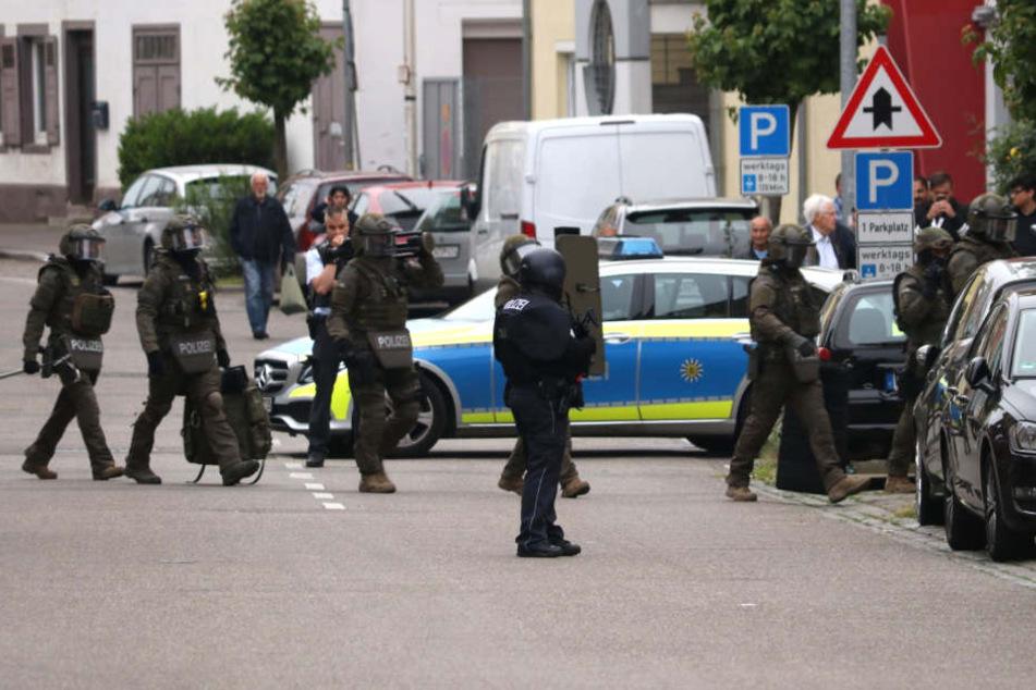 Die Polizei rückte mit sieben Streifenbesatzungen und Spezialkräften an.
