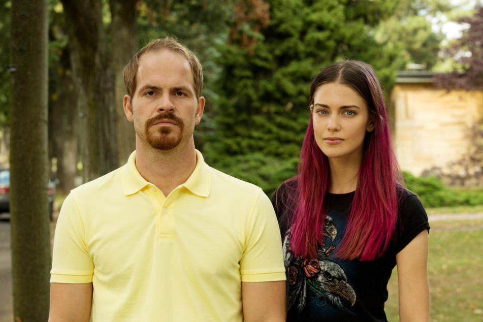 Mittvierziger Frank Sporbert (Mark Ben Puch) und die 19-jährige Sascha (Laura Berlin) beschließen auszusteigen...