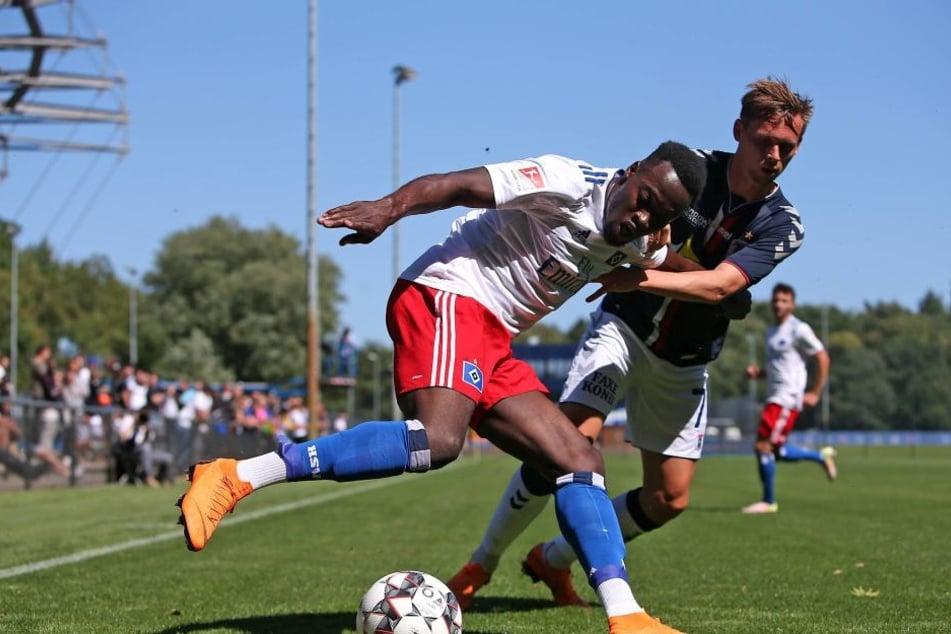 HSV-Profi Khaled Narey (l) versucht den Ball gegen einen dänischen Gegenspieler abzuschirmen.