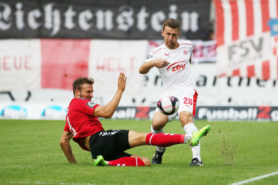 Pascal Sohm (l.) und Nils Miatke im Zweikampf.