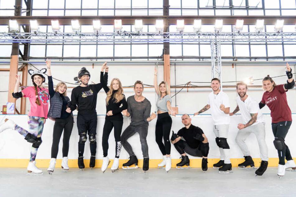 """Die Teilnehmer der Sat.1-Show """"Dancing on Ice"""" posieren auf dem Eis."""
