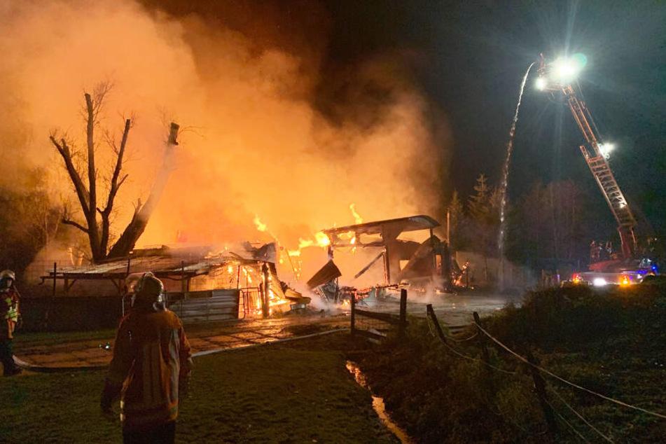 Feuerwehrleute versuchen, den Brand im Wohnheim zu löschen.