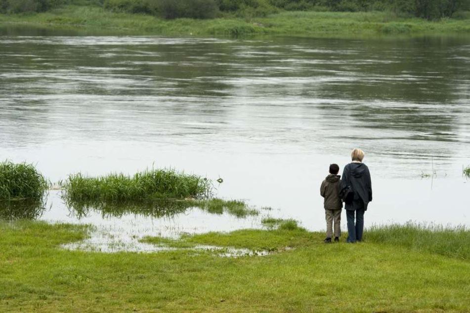 Der 7-Jährige ist durch Unachtsamkeit ins Wasser gefallen. (Symbolbild)