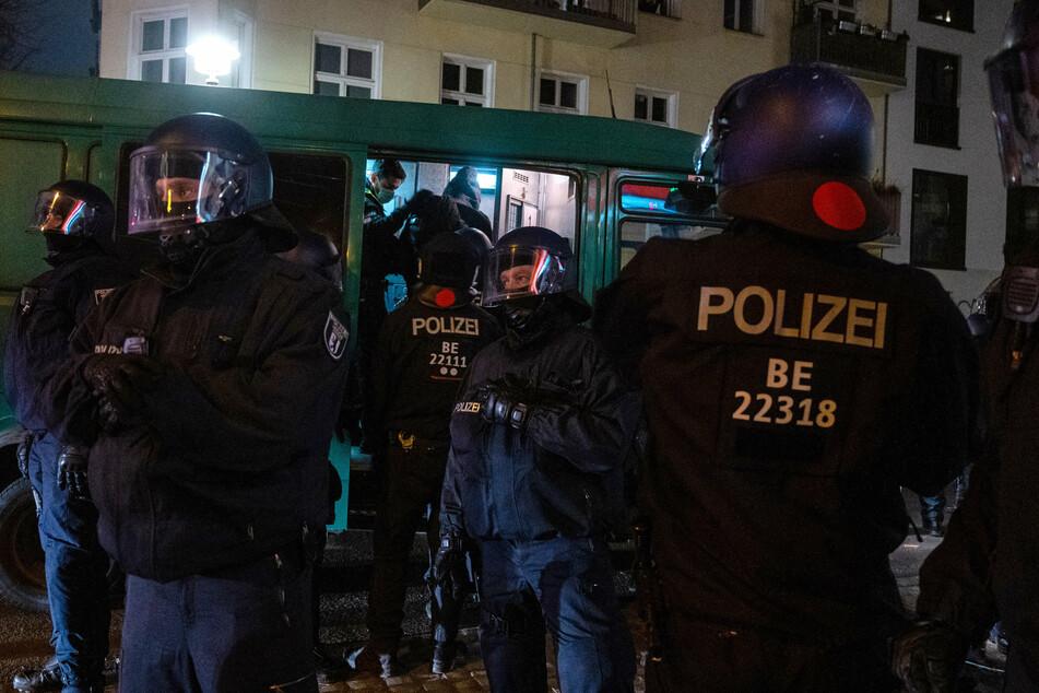 Immer wieder kommt es in der Rigaer Straße zu Konflikten zwischen Polizei und Linksextremisten. (Archivbild, Symbolbild)