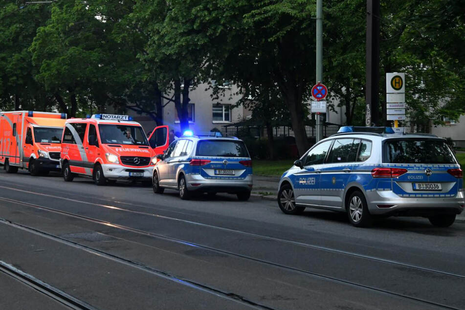 Polizisten und Rettungskräfte am Tatort.