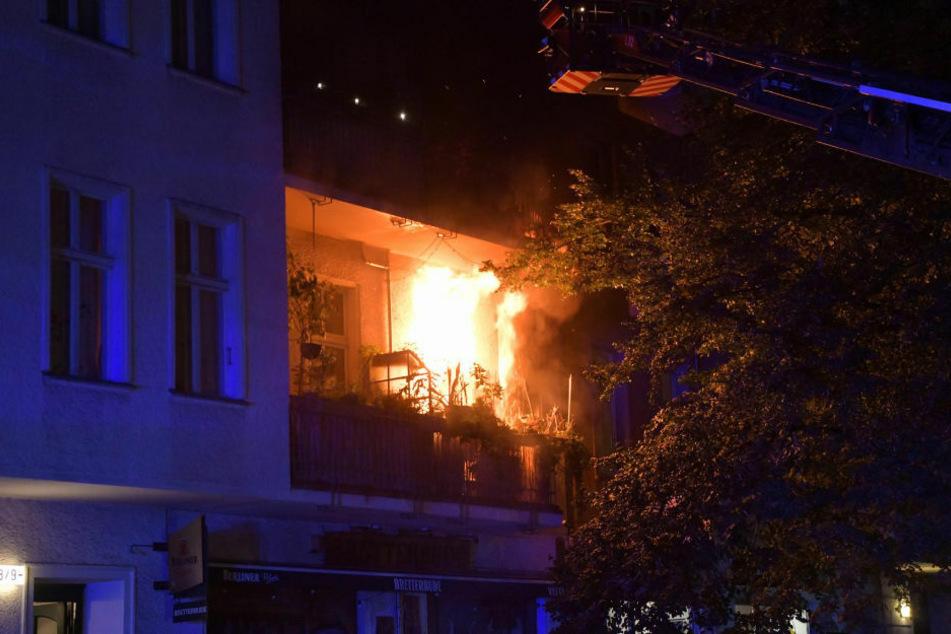 Bei einem Wohnungsbrand in Berlin-Friedrichshain ist ein 57-jähriger Mann ums Leben gekommen. 16 weitere Personen wurden teilweise leicht verletzt.