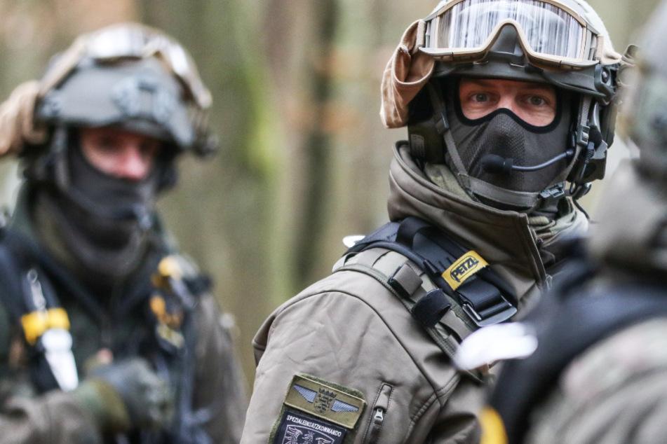 Das Foto vom 13. November zeigt Polizisten mit Schutzausrüstung im Dannenröder Forst.