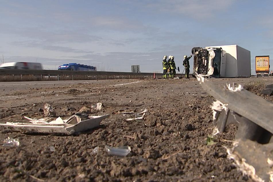 Unfall auf der A14: Sattelzug katapultiert Laster in Erdwall