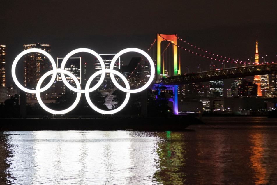 Tokio: Die Olympischen Ringe beleuchten das Wasser unter der Rainbow Bridge. Das Symbol wurde wieder angebracht, nachdem es vor den verschobenen Olympischen Spielen 2020 zur Wartung abgenommen worden war.