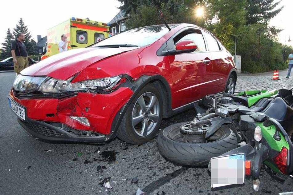 Der Fahrer einer Kawasaki ER-6f kollidierte in Höhe der Ricarda-Huch-Straße mit einem Honda Civic.