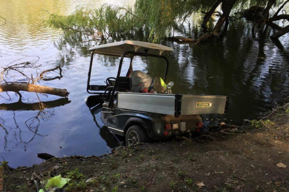 Mit der Schnauze war das Golf-Caddy ins Wasser eingetaucht.