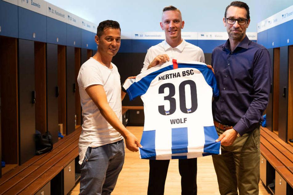 Ante Covic und Michael Preetz stellen Marius Wolf vor.