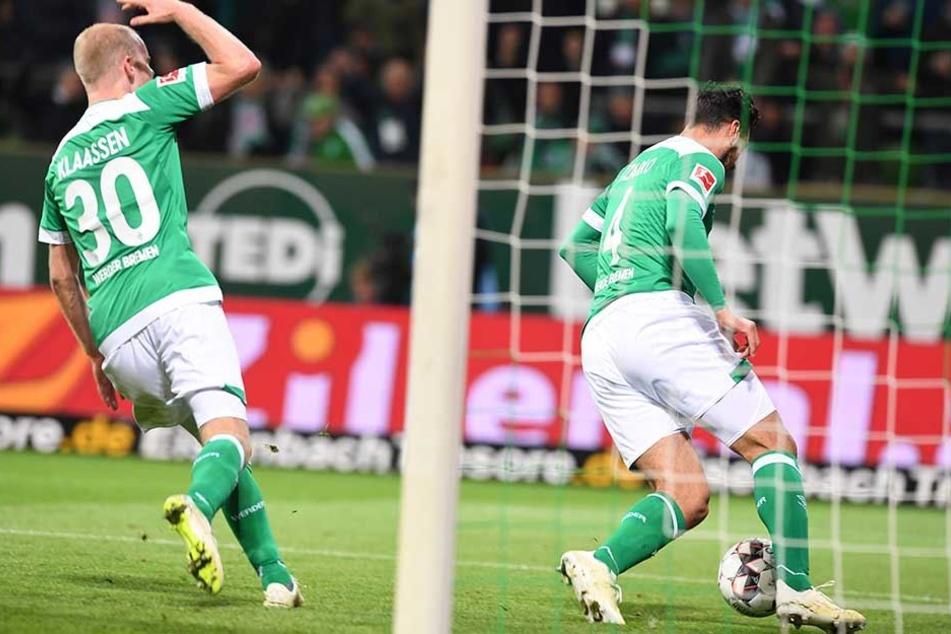 Claudio Pizarro (re.) dreht nach seinem Treffer zum 1:3 ab – sein erstes Tor für Werder seit März 2017.
