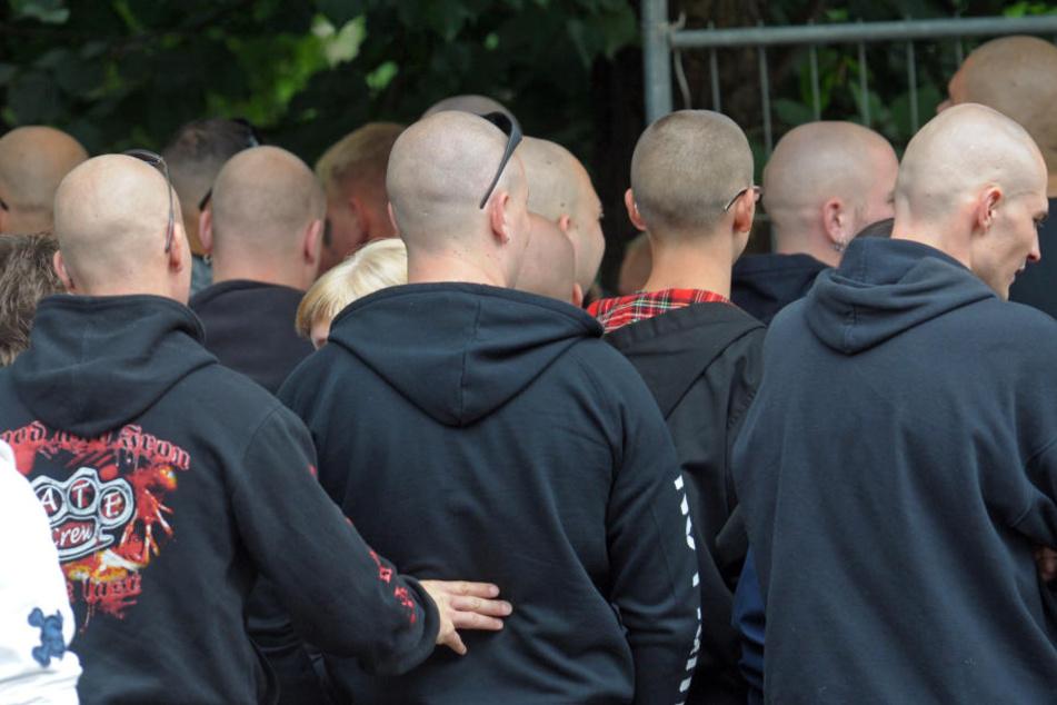Rechte Parolen und rechtsradikales Konzert halten Polizei auf Trab