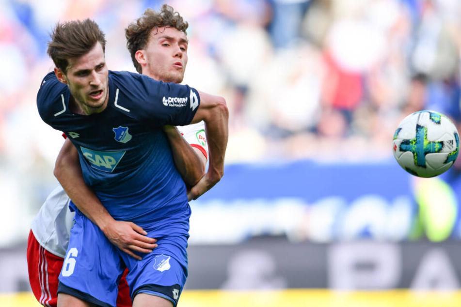 Hoffenheims Harvard Nordtveit (links im Bild) und Hamburgs Luca Waldschmidt kämpfen um den Ball.