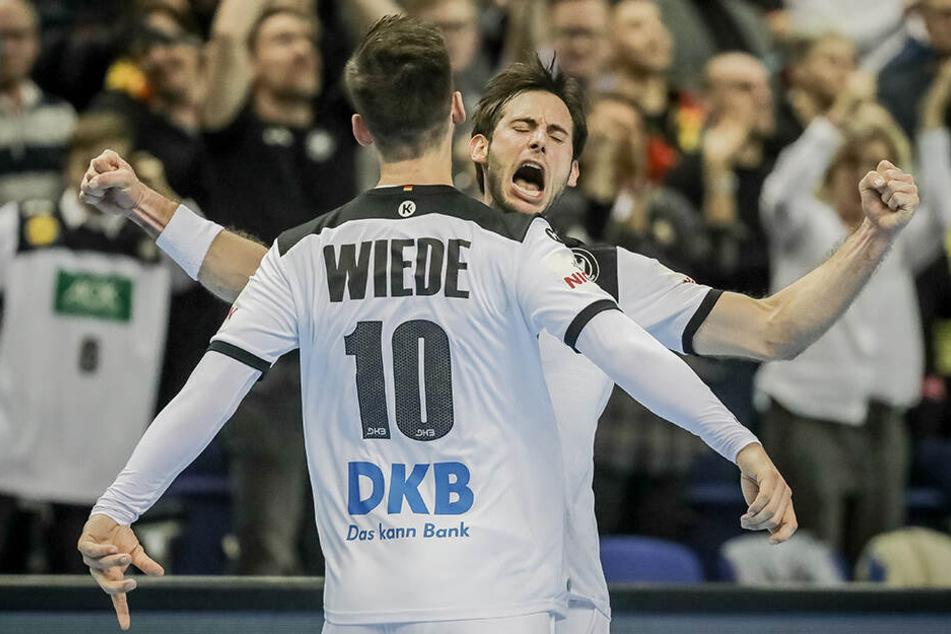 Uwe Gensheimer jubelt mit Fabian Wiede nach seinem Tor.