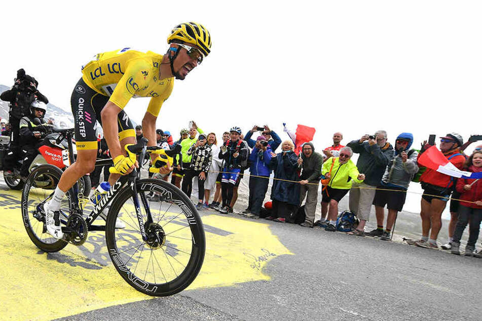 Julian Alaphilippe aus Frankreich vom Team Deceuninck-Quick-Step im gelben Trikot des Gesamtführenden.