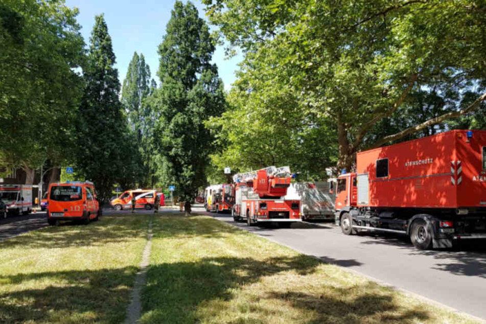 Mit einem Großaufgebot war die Berliner Feuerwehr nach Westend ausgerückt.