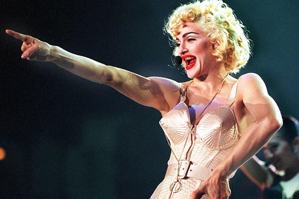 """Juli 1990: Im Bustier des französischen Designers Jean Paul Gaultier trat Madonna mit ihrer """"Blond Ambition World Tour"""" in Dortmund auf."""