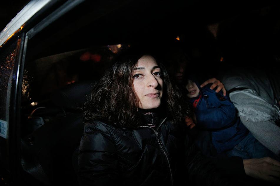 Mesale Tolu sitzt am 18.12.2017 nach ihrer Entlassung aus einer Polizeistation in Istanbul in einem Auto. Tolu ist inzwischen aus der Untersuchungshaft in der Türkei entlassen worden.
