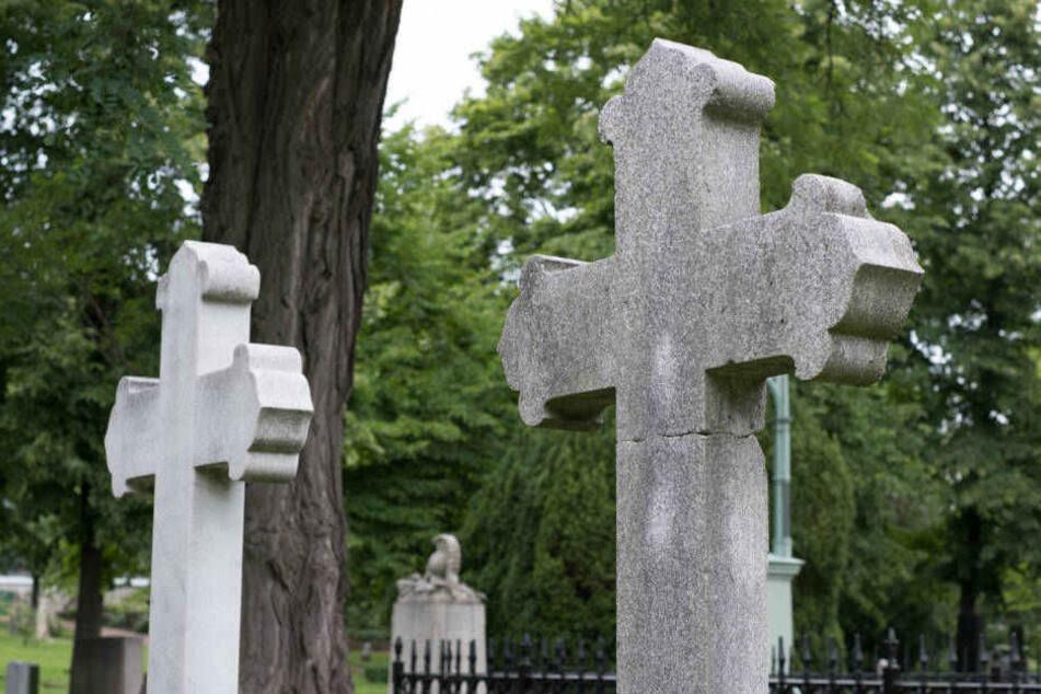 Grabsteine wurden beschädigt und teilweise mit Wachs beschmiert (Symbolbild).
