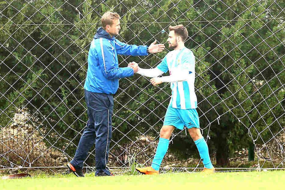 Liridon Vocaj (rechts) bekommt den Händedruck und einen Klaps auf die Schulter vom Chemnitzer Trainer David Bergner.