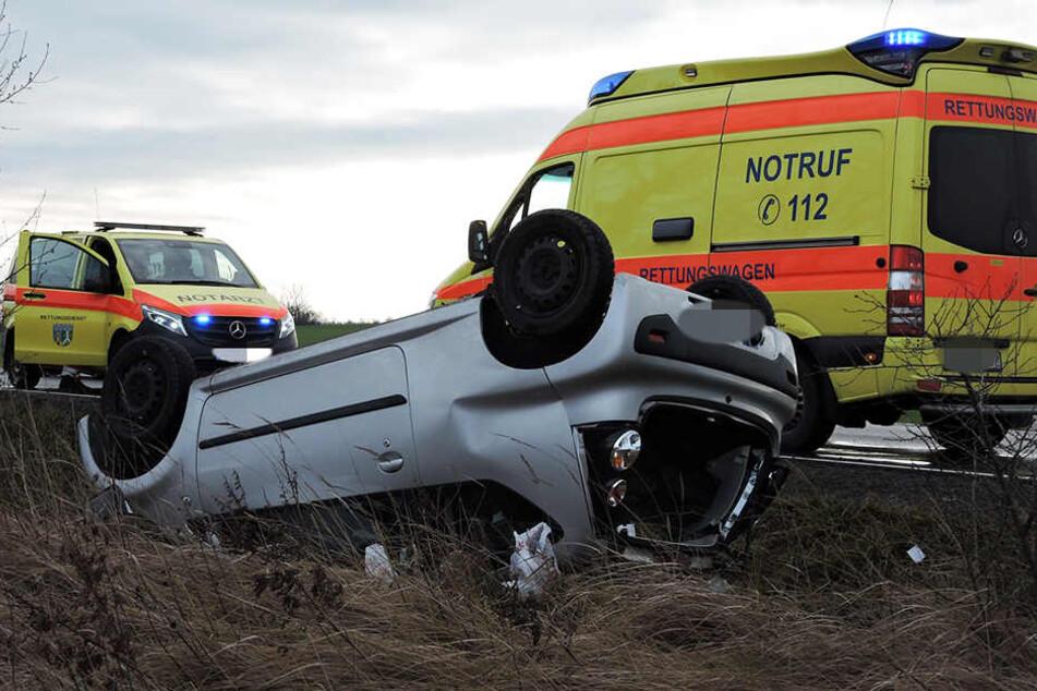 Die Einsatzkräfte holten die bewusstlose Fahrerin aus dem Auto.