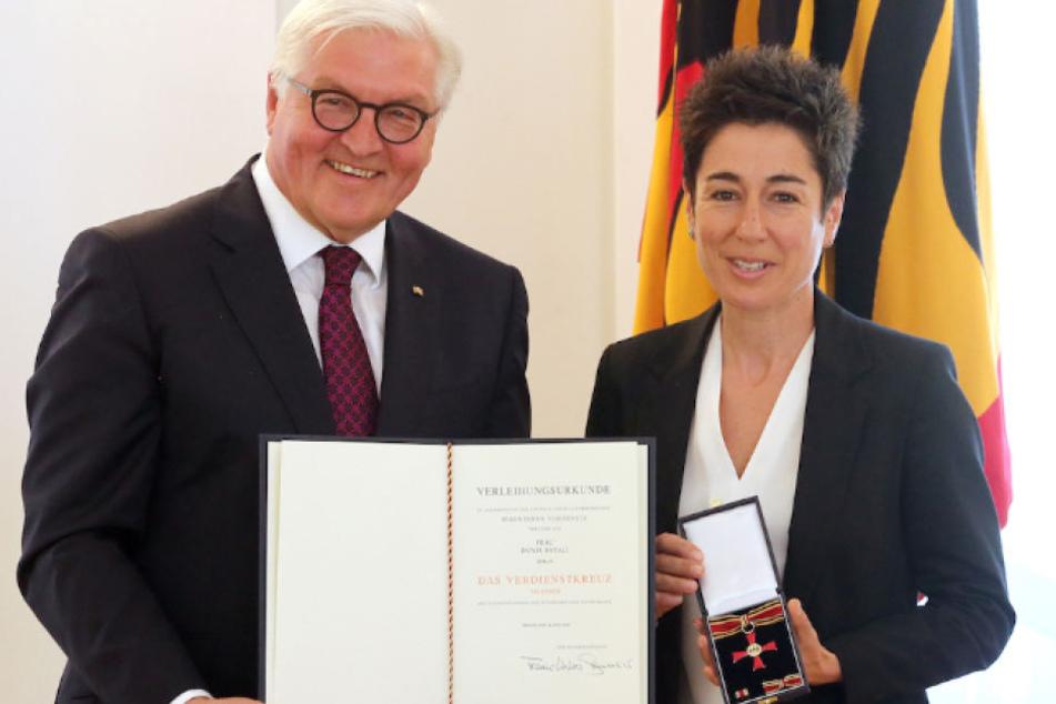 Bundespräsident Frank-Walter Steinmeier (62) ehrt Moderatorin Dunja Hayali (43) mit dem Verdienstorden.