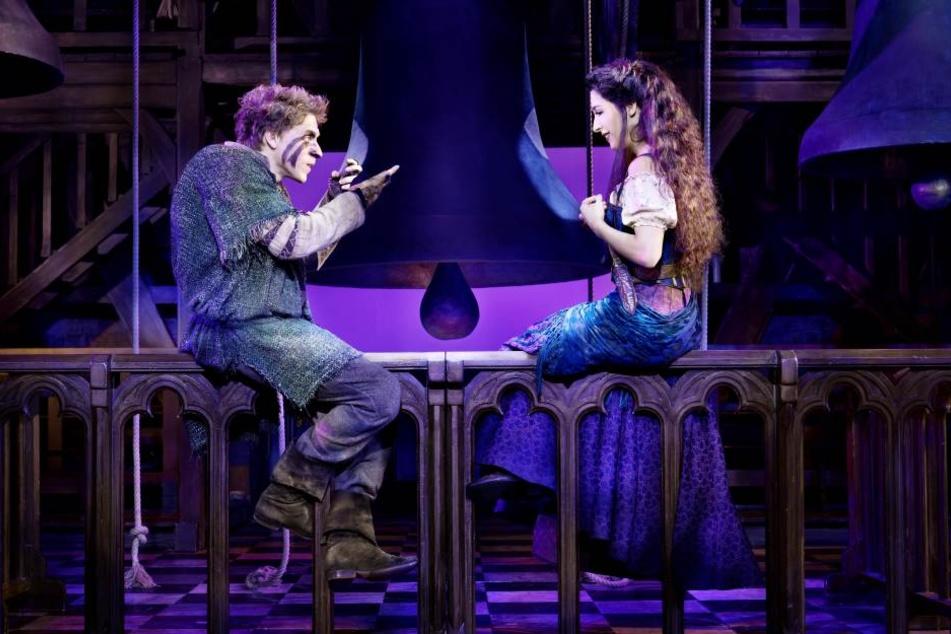 Das Musical erzählt die Geschichte des buckeligen Quasimodo und der schönen Esmeralda.