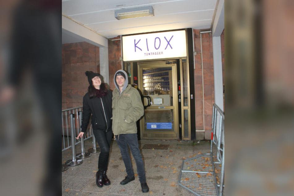 Alica (21) aus Potsdam und Paul (21) aus Zwickau waren die Ersten: Sie verbrachten die Nacht in Campingstühlen vor Kummers Laden.