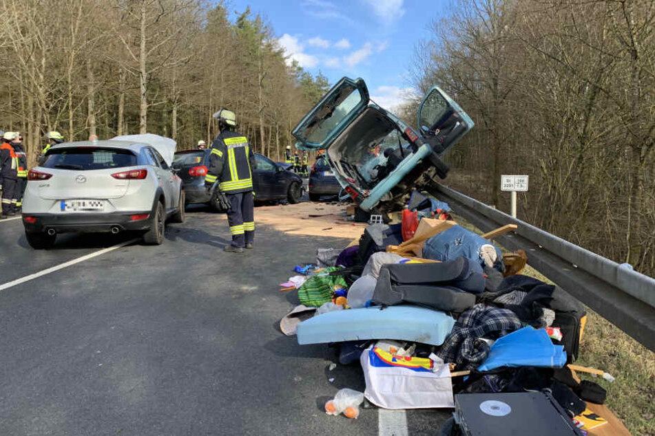 Ein am Unfall beteiligtes Auto wurde auf die Leitplanke geschoben.