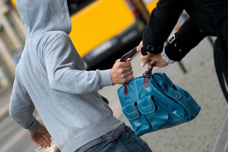 Die Frau umklammerte ihre Handtasche fest, so dass die Diebe keine Chance hatten. (Symbolbild)