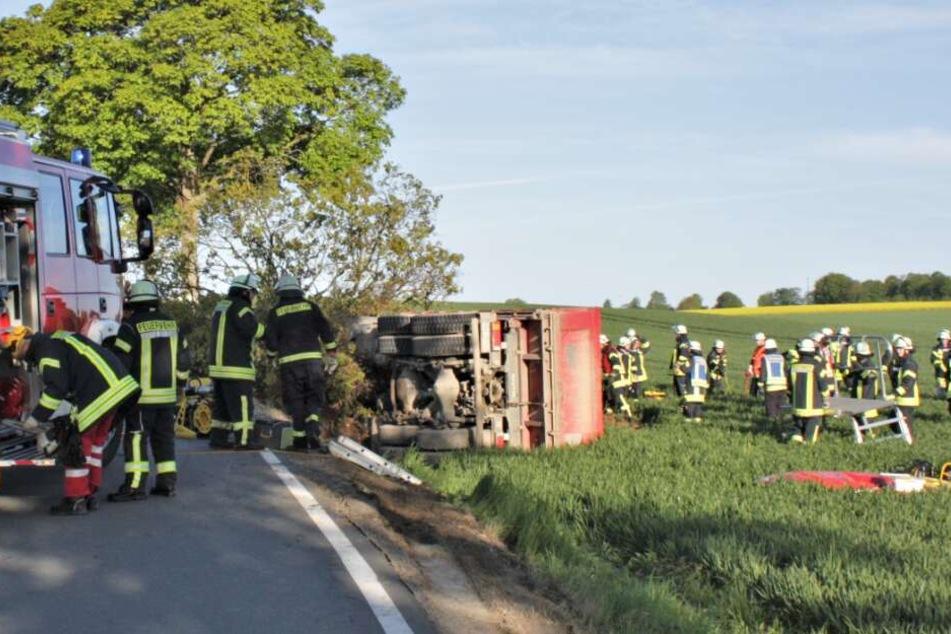 Nach dem Crash mit einem Baum kippte der Laster auf die Seite.