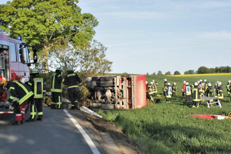 Brummi-Fahrer verunglückt: Laster rast gegen Baum und kippt um