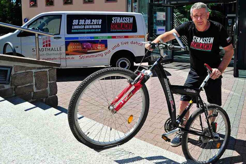 Stadthallenchef Wolfgang Dorn (56) testet höchstpersönlich eines der Treppenhindernisse auf dem 2,2-Kilometer-Rundkurs.