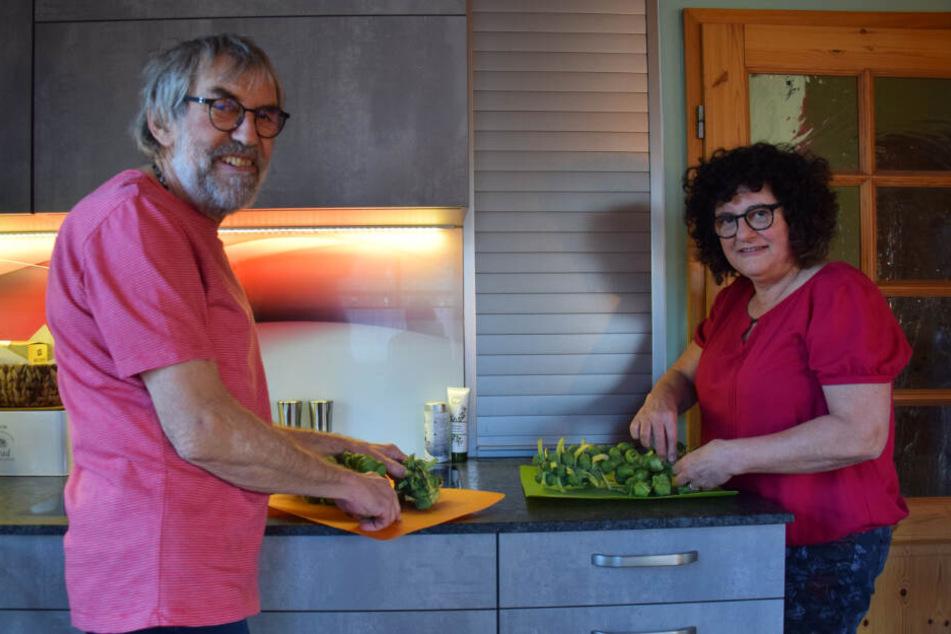 Das Ehepaar beim gemeinsamen Kochen.