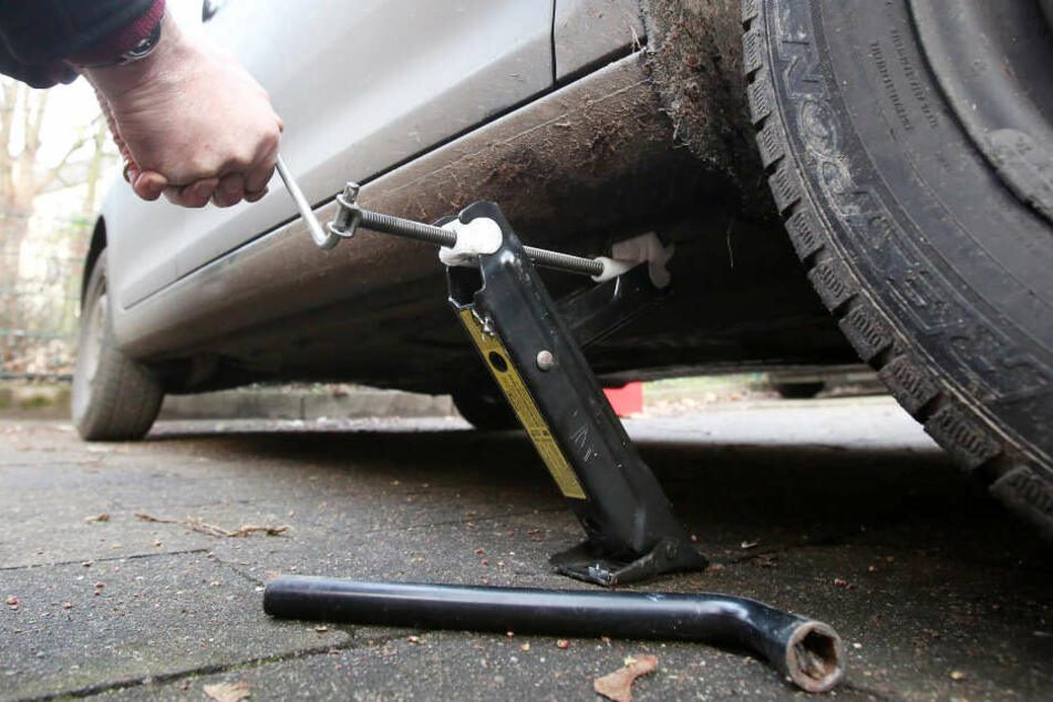 Mann versucht, Reifen zu wechseln: Frau rettet ihm das Leben