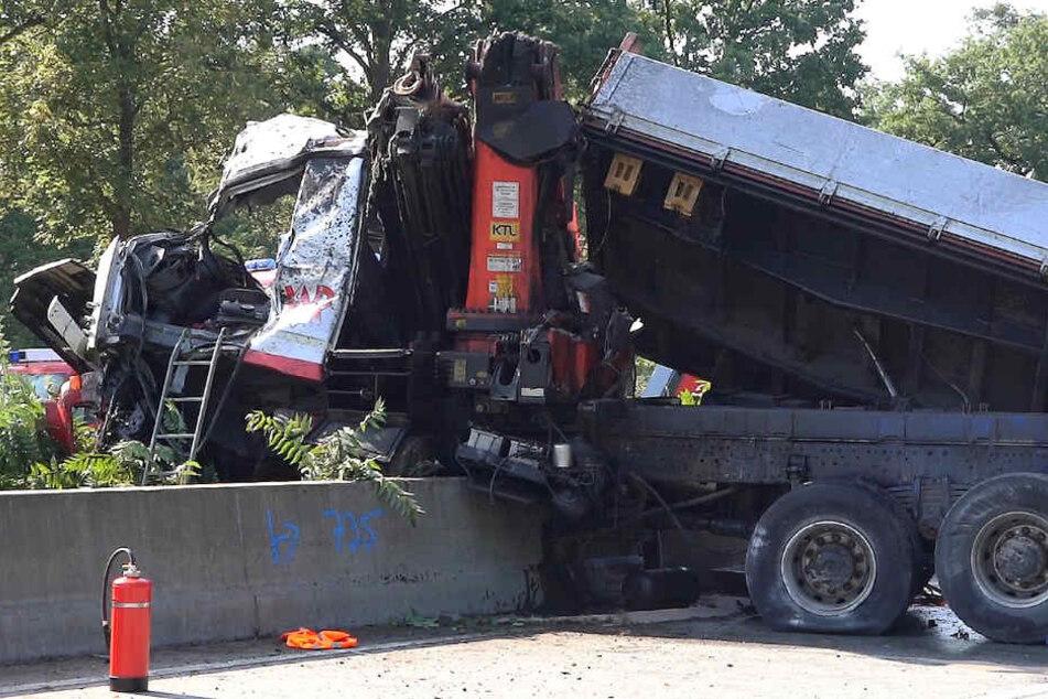 Noch ist völlig unklar, warum der Fahrer die Kontrolle über den Lastwagen verlor.