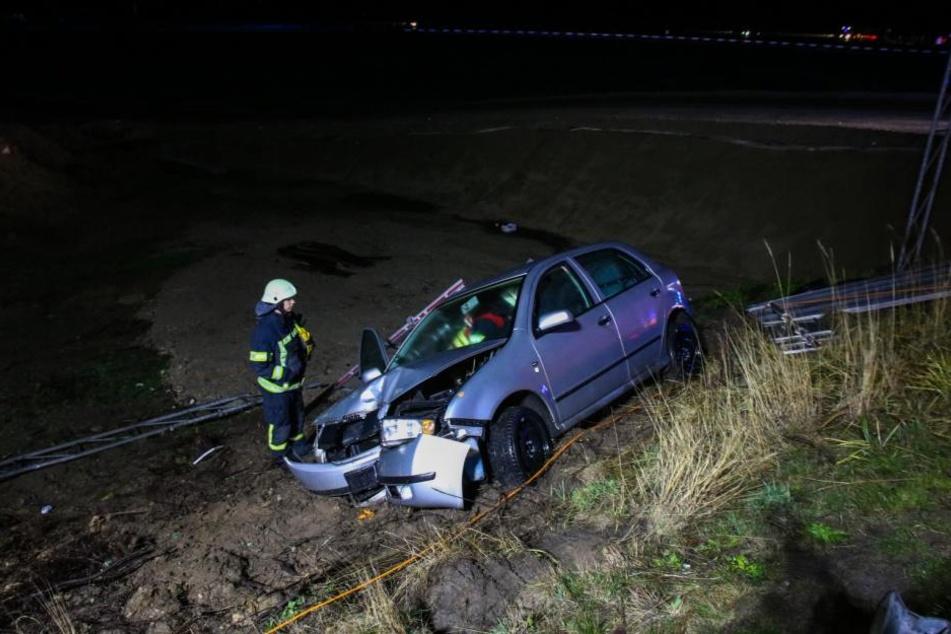 Am Mittwochabend ist eine junge Frau in ihrem Skoda von der A10-Abfahrt Oberkrämer abgekommen und in den Graben gerauscht.