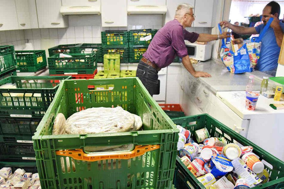 Helfer reichen bei der Leipziger  Tafel Lebensmittel aus. Für solche Vereine könnte das neue Seniorenprogramm  nützlich sein.