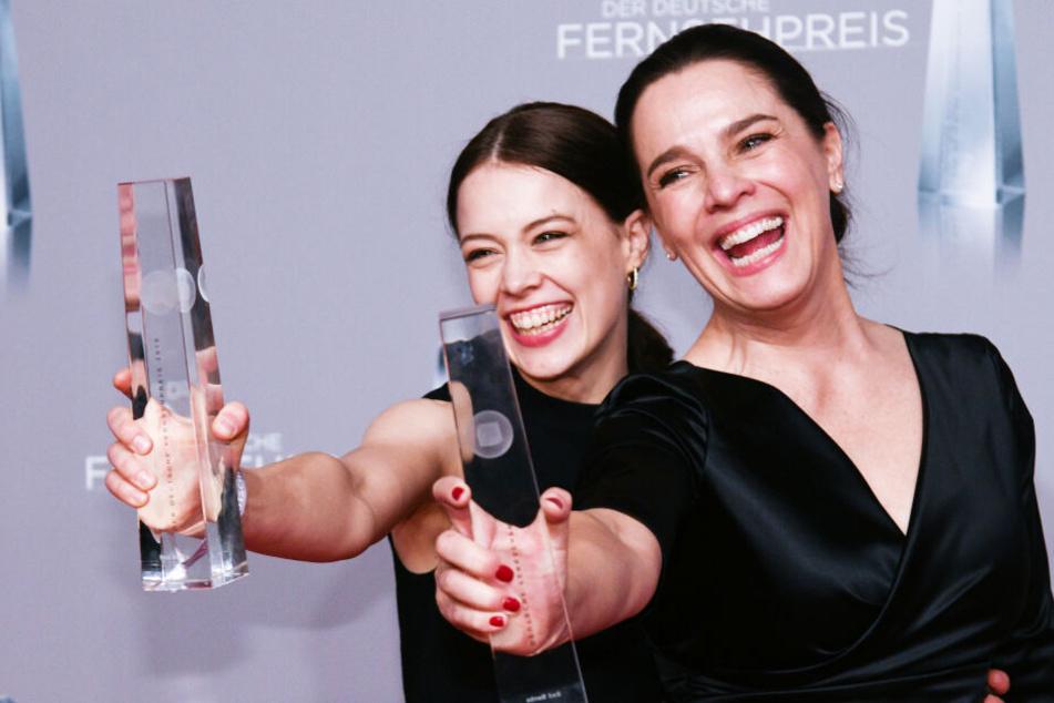 """Paula Beer (l.) und Désirée Nosbusch freuen sich beim Deutschen Fernsehpreis 2019 über die Auszeichnung in der Kategorie """"Beste Drama-Serie"""" für """"Bad Banks""""."""