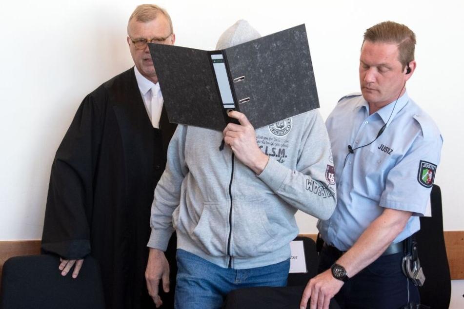 Johannes Salmen (l.), der Anwalt des Angeklagten Andreas V. (m.) fordert eine Haftstrafe von zwölf Jahren für seinen Mandanten.