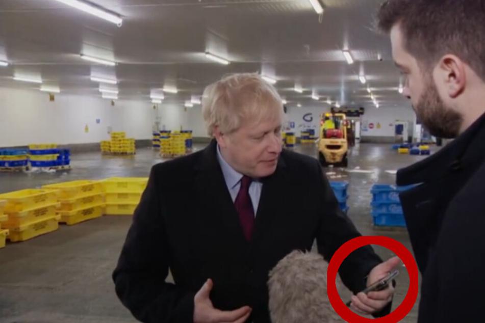Nachdem er das Handy-Bild sah, steckte Boris Johnson das Smartphone einfach ein.