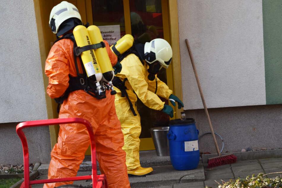 Spezialisten der Feuerwehr kümmern sich um die Beseitigung der stark übel riechenden Chemikalie.