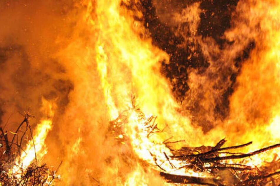 Das Feuer war durch eine umgefallene Fackel entstanden. (Symbolbild)