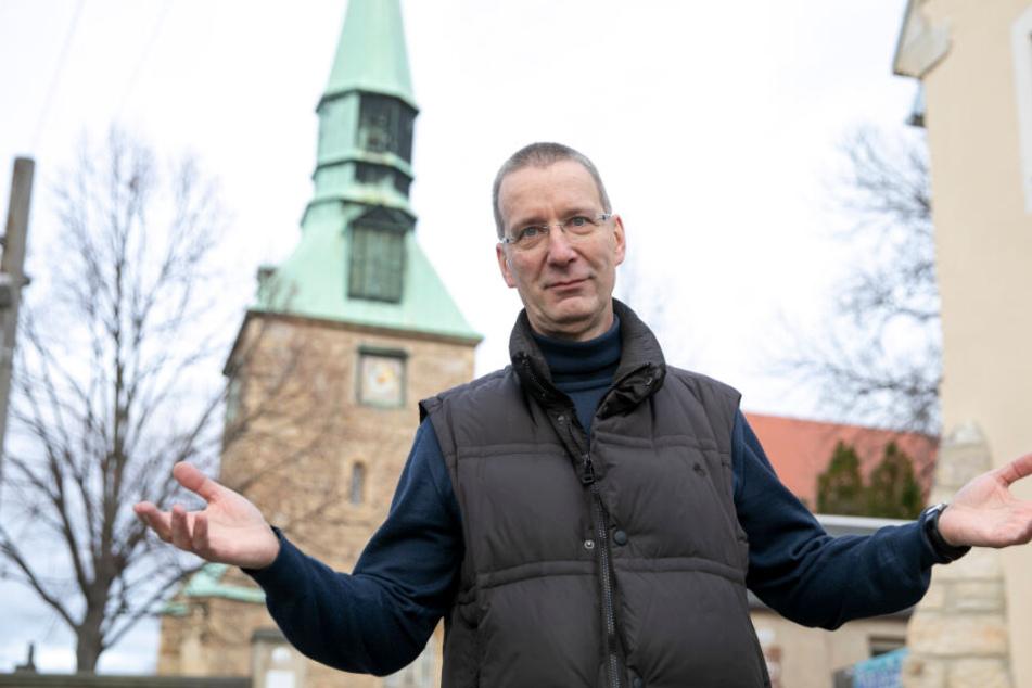 Der Geistliche vor dem bröckelnden Gotteshaus in Leubnitz.