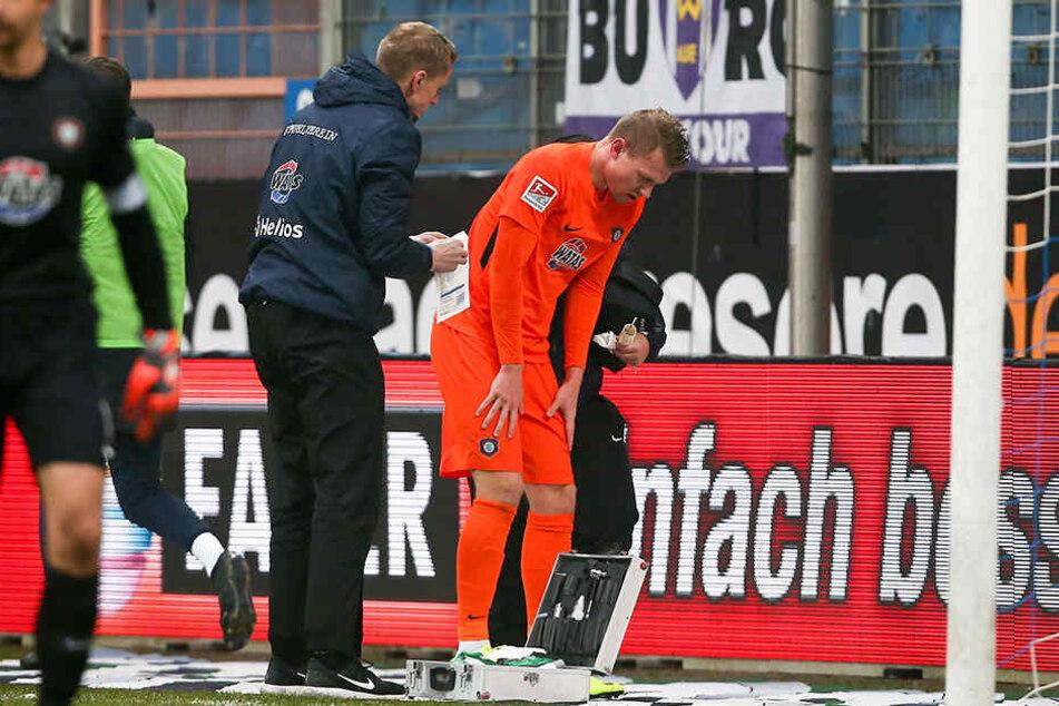 Steve Breitkreuz wird nach seiner Verletzung in Bochum am Spielfeldrand behandelt.