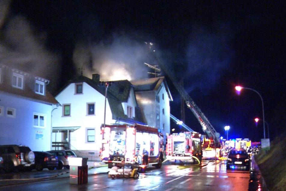 Dutzende Feuerwehrleute versuchten den Brand zu löschen.