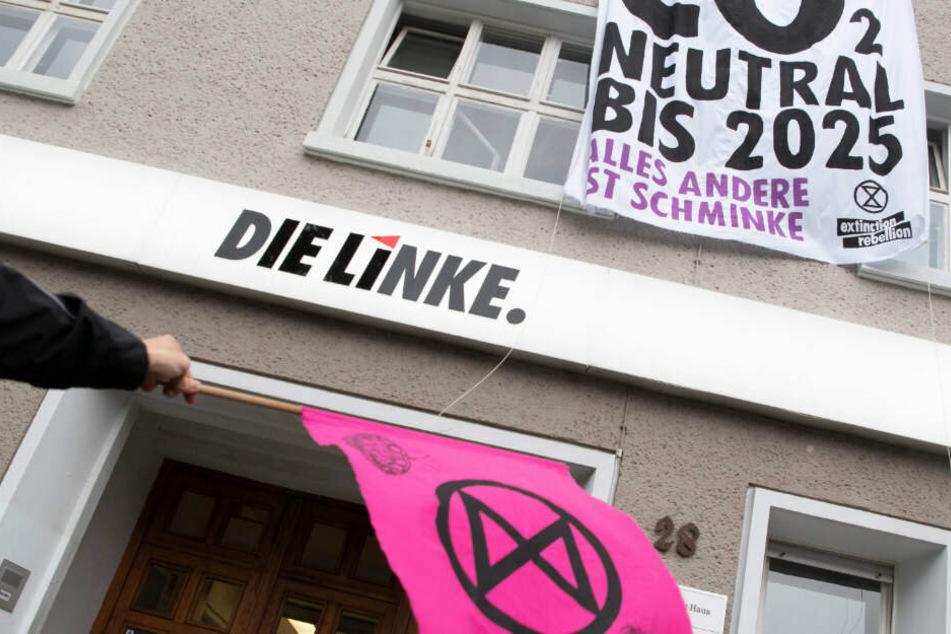 """Auf einem Plakat ist der Spruch """"CO2 neutral bis 2025"""" ist auf einem Plakat zu lesen"""